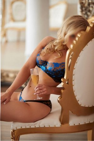 Roselia live escort in Rosemont & happy ending massage